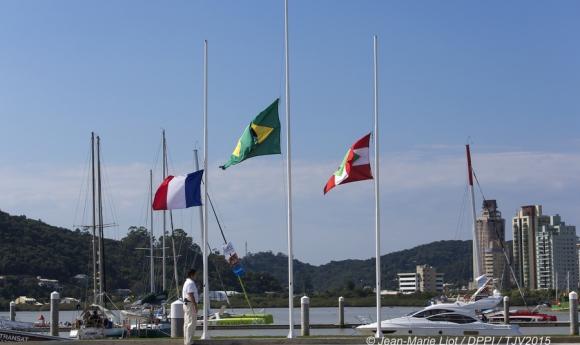 bandeiras a meio mastro