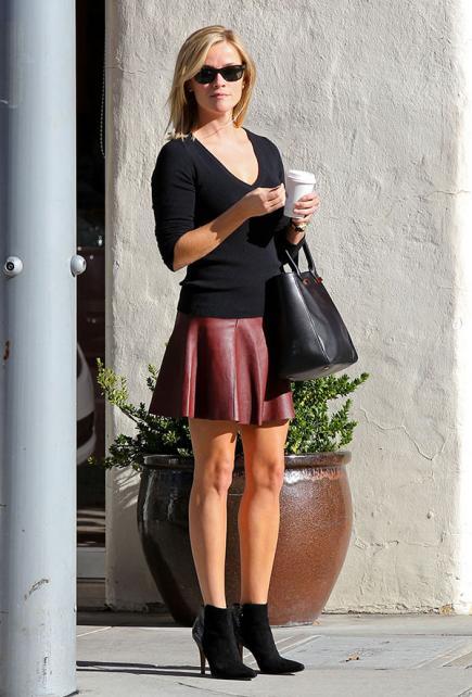 Reese Witherspoon botinha de cano curto e decote v para baixinhas