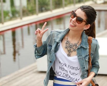 T-shirt com frases com saia lápis