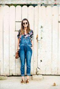 jardineira jeans com camisa floral