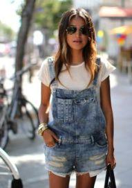jardineira jeans com camiseta branca