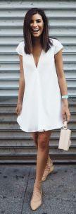 sapatilha lace up com vestido branco