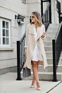 vestido branco com casaco nude
