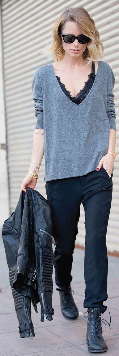 calça preta soltinha com coturno