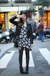 coturno com vestido floral e jaqueta de couro