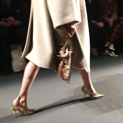 mule dourada prada paris fashion week