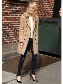 Scarpin preto + calça skinny + trench coat