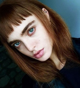 Baby bang ou franja curtinha - cabelo médio claro