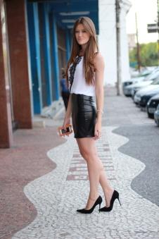 Scarpin preto + saia de couro + blusa