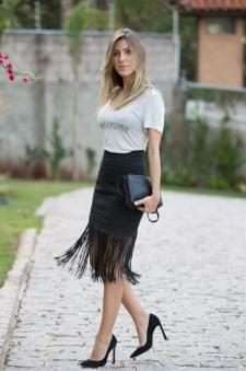 Scarpin preto + saia de franja + t-shirt