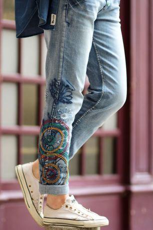 calça jeans bordada com tênis