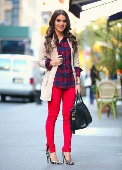 Scarpin animal print + calça vermelha + camisa xadrez