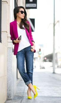 Scarpin colorido amarelo + jeans + blazer roxo