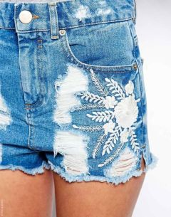 shorts jeans bordado com flor branca