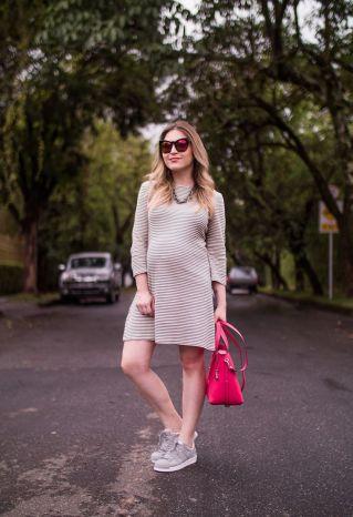 Vestido liso neutro + tênis
