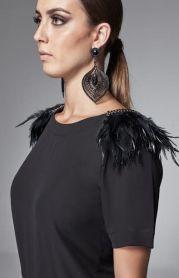 Blusa de plumas no ombro