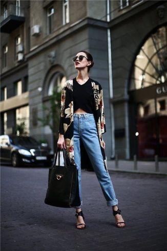 calça jeans de cintura alta com top cropped e quimono