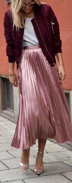saia plissada rosa e jaqueta vinho