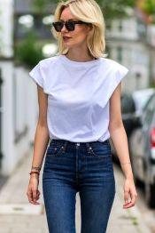 jeans cintura alta com camiseta branca