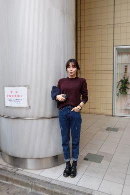 mom jeans com tricot e coturno