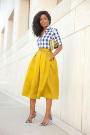 camisa vichy marinho com saia amarela
